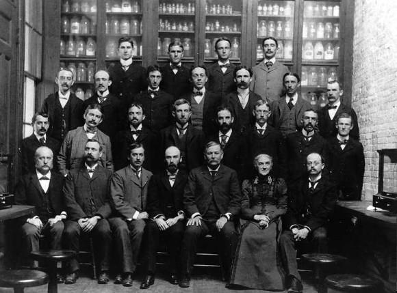 Claustro del departamentto de química. MIT, curso 1899-1900