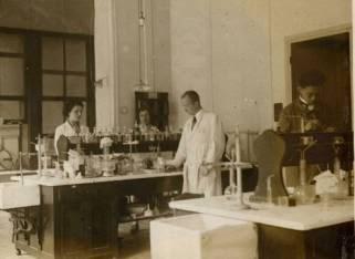 Instituto del Radio (1931). Marguerite es la 2ª por la izquierda