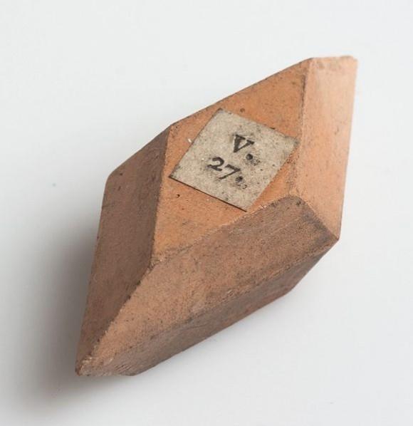 581px-Romé_de_l'Isle_crystal_model_of_unglazed_porcelain,_collection_Teylers_Museum,_Haarlem_(the_Netherlands)